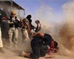 """6月16日发布的一张推特图片显示,伊拉克叛军""""伊拉克与黎凡特伊斯兰国""""(简称ISIL)枪杀伊拉克政府军(AFP PHOTO/HO/ALBARAKA NEWS)"""