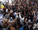 2014年6月16日,在伊拉克南部城市巴士拉(Basra),许多部落族人带着自己的武器,前来参加自愿军。(STR/AFP/Getty Images)