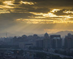 大陸房地產市場虛熱的狀態從今年開始逆轉,樓市降價的消息不斷傳出。對資金飢渴的房企正遭遇錢荒,甚至願意付出60%的年息也借不到錢。 (Photo by ChinaFotoPress/Getty Images)