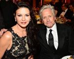 2014年6月5日,邁克爾•道格拉斯與妻子凱瑟琳•澤塔-瓊斯現身好萊塢,出席第42屆美國電影協會終身成就獎頒獎禮。(Frazer Harrison/Getty Images for AFI)
