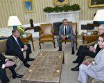 美国总统奥巴马(中)于2014年6月18日,在白宫椭圆形办公室与参议院多数党领袖瑞德(右二)、参议院少数党领袖麦康奈尔(左),众议院议长博纳(左二),以及众议院少数党领袖佩萝希(右),开会讨论伊拉克战略。 (Mandel NGAN/AFP)