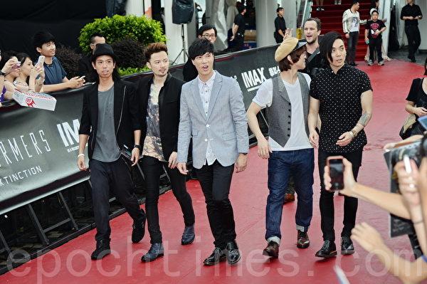 香港男团MR.五人组亮相首映式。(宋祥龙/大纪元)