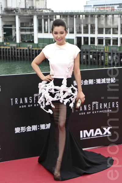 在片中饰演一名高智商女科学家的大陆女星李冰冰,以法国设计师Stephane Rolland的黑白露背长裙亮相,焦点是腰部的白色立体雕塑,非常高贵典雅。(李真/大纪元)