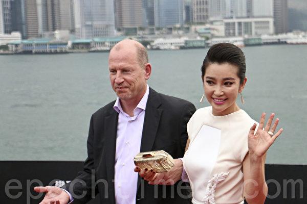 派拉蒙影业总裁罗伯•摩尔与大陆女星李冰冰(右)。(李真/大纪元)