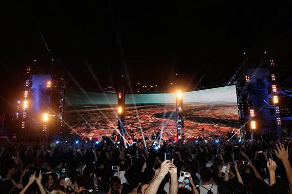 """2014年6月19日晚,""""谜幻乐团""""在海洋公园现场演唱《变形金刚4》主题曲的热烈场面。(Jessica Hromas/Getty Images for Paramount)"""