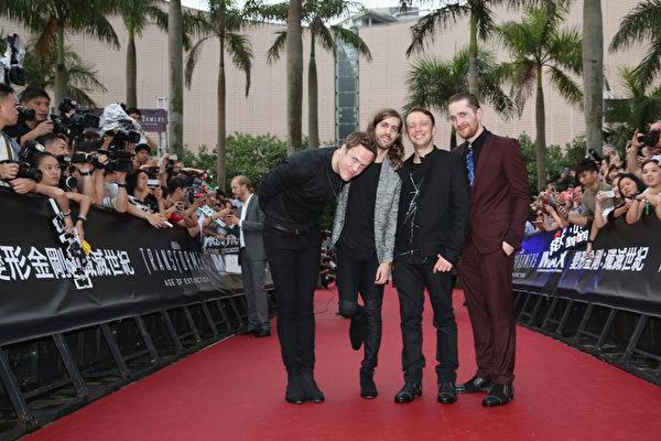 "演唱《变形金刚4》主题曲的格莱美获奖组合""谜幻乐团"",左为主唱丹。(Callaghan Walsh/Getty Images for Paramount)"