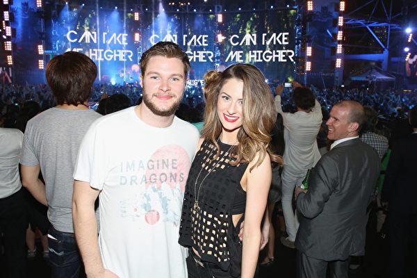 《变形金刚4》主演、爱尔兰演员杰克•雷诺与模特女友在谜幻乐团演出现场。(Callaghan Walsh/Getty Images for Paramount)