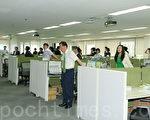 图为三星火灾保险公司麻浦领先支店的员工们在做晨练。(全宇/大纪元)