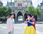小煜在香港迪士尼乐园与白雪公主相遇。(种子音乐提供)