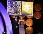 2014年6月19日,电视评论家选择奖颁奖礼,墨西哥演员达米安•比齐尔与德国演员黛安•克鲁格在台上。(Kevin Winter/Getty Images for Critics' Choice Television Awards)