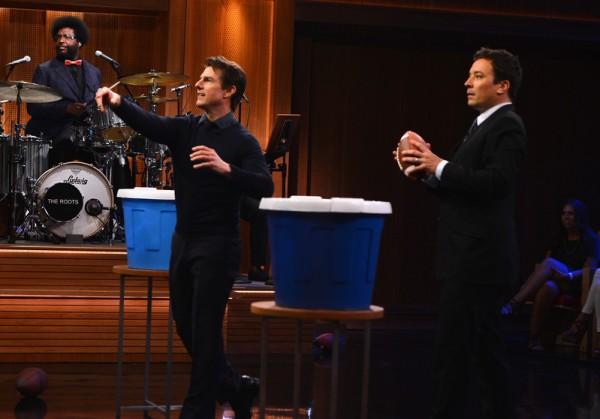 2014年6月4日,吉米•法伦今夜秀邀请汤姆•克鲁斯做嘉宾,上演橄榄球对垒赛。(Theo Wargo/NBC/Getty Images for