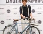 蕭閎仁為自行車記者會站台,示範義式復古車款。(悠活城市國際提供)