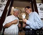 香港政改方案民间公投,6月22日正式进入实体投票阶段。香港民主党创党主席李柱铭(右)与天主教香港教区荣休主教陈日君(左)枢机,一同在香港柴湾慈幼会修道院投票。(蔡雯文/大纪元)