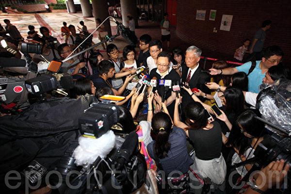 無懼中共和港府的打壓,香港6.22全民公投在6月20日啟動電子投票後,在6月22日正式進入實體投票階段;截至晚上12時,連同實體票站投票數字,已有705,254投票,民意空前踴躍,圖為理工大學投票站。(潘在殊/大紀元)