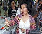 无惧中共和港府的打压,香港6.22全民公投在6月20日启动电子投票后,在6月22日正式进入实体投票阶段;截至晚上12时,连同实体票站投票数字,已有705,254投票,民意空前踊跃,图为前政务司司长陈方安生到铜锣湾教协投票。(潘在殊/大纪元)