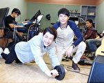 蕭閎仁(左)吃力的做著滾輪動作,一旁的嚴爵提醒他要小心閃到腰。(好朋友工作室提供)