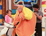 陳漢典試穿帳篷式雨衣。(中天提供)