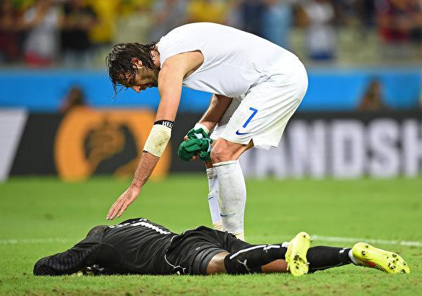 科特迪瓦到手的勝利溜走了,留下的只有心痛。因點球失利,守門員悲痛不已 ( Laurence Griffiths/Getty Images)
