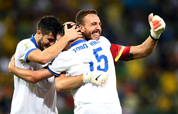 希臘隊員在比賽結束前的最後一刻,起死回生,那種喜悅,只有隊友們最瞭解。  ( Jamie McDonald/Getty Images)