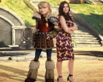 《馴龍高手2》角色亞絲翠(左)及聲演者艾美莉佳‧法瑞拉。(福斯提供)