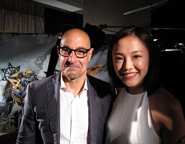 《变4》制片人罗伦佐展现风趣的一面,与台湾主持人张珮莹合影。(三立提供)