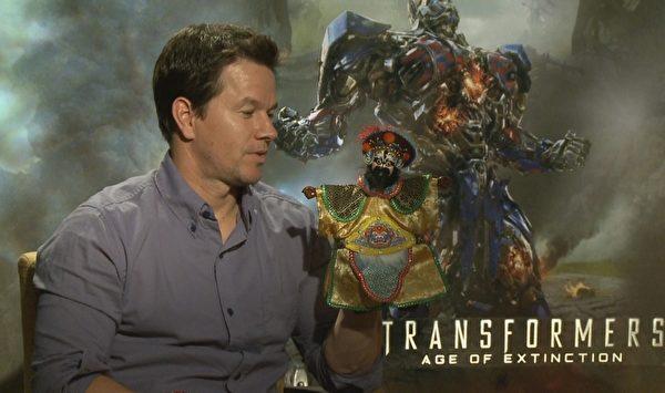 《变形金刚4:绝迹重生》男主角马克‧华柏格(左)接受台湾节目MTV专访。(三立提供)