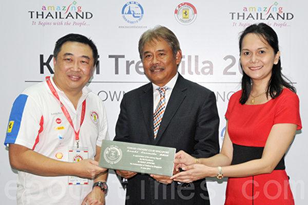 泰国自驾游的启动仪式上,新加坡法拉利车主俱乐部主席Timothy Tan(左),与泰国大使马鲁•吉帕蒂马(Marut Jitpatima)和泰国旅游局驻新加坡办公室主任Kanokkittika Kritwutikon女士合影。(孙明国/大纪元)