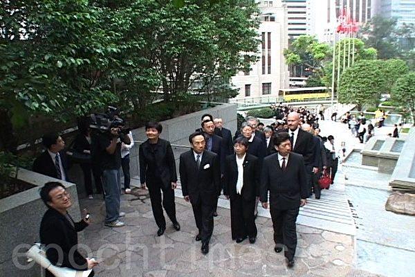 2005年中共人大就特首余下任期释法,触发法律界上街抗议。(大纪元资料图片)