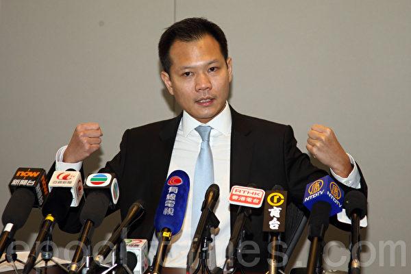 图说:香港立法会法律界议员郭荣铿联同全体法律界选委携手发起黑衣静默游行,抗议中共白皮书。(潘在殊/大纪元)