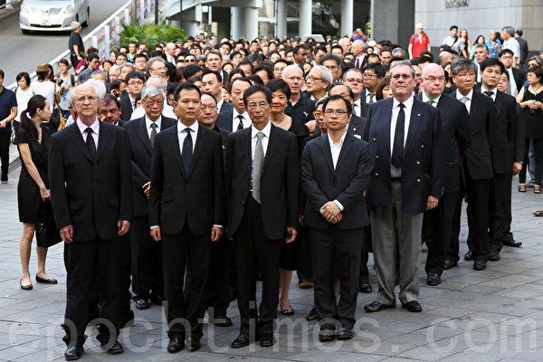香港法律界6月27日发起黑衣静默游行,抗议中共国务院新闻办发表的白皮书。香港立法会法律界议员郭荣铿,及多名大律师包括著名资深大律师李柱铭先生均有参与其中。(潘在殊/大纪元)