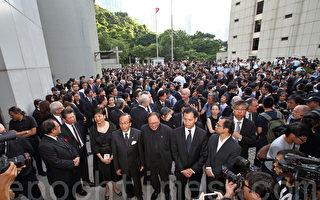 香港法律界6月27日發起黑衣靜默遊行,抗議中共國務院新聞辦發表的白皮書。隊伍由高等法院出發前往終審法院,主辦方稱有1600人參與,是歷次遊行最多。(潘在殊/大紀元)