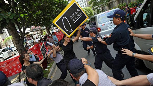 中共國台辦主任張志軍27日晚與臺灣陸委會主委王郁琦在高雄西子灣沙灘會館會面前,大批抗議人士在高雄左營高鐵車站外抗議張志軍來訪,抗議者和維安人員爆發推擠,場面一度混亂。(AFP)