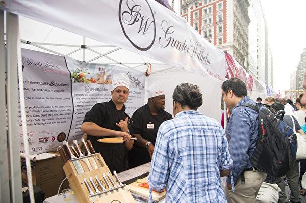 由新唐人电视台和大纪元时报联合举办的亚洲美食节与第六届全世界中国菜厨技大赛,6月26日在纽约时代广场隆重举行。(戴兵/大纪元)