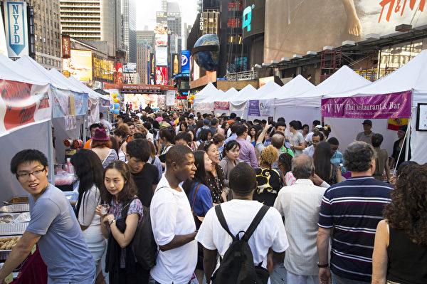由新唐人電視台和大紀元時報聯合舉辦的亞洲美食節與第六屆全世界中國菜廚技大賽,6月26日在紐約時代廣場隆重舉行。(戴兵/大紀元)