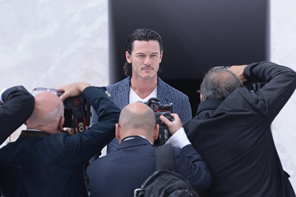 2014年6月26日,威尔士男星卢克•伊万斯现身路易•威登春夏男装秀。(Francois Durand/Getty Images)