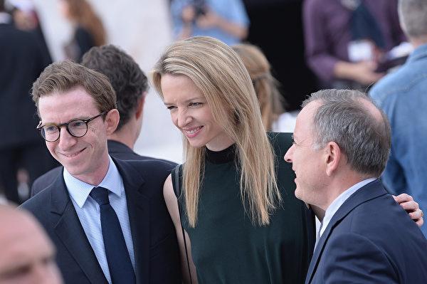 路易•威登集团女继承人德尔菲娜•阿尔诺(中)出席春夏男装秀。(Francois Durand/Getty Images)