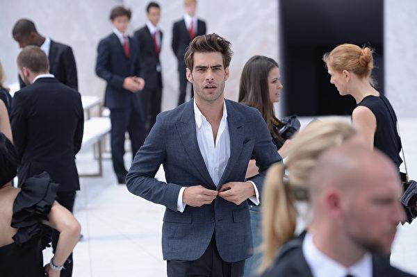 2014年6月26日,西班牙男星、模特乔•科塔加伦那现身路易•威登春夏男装秀。(Francois Durand/Getty Images)