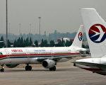 7月26日,中共民航空管局再發佈橙色預警,上海、北京兩地深受影響。連續多日的航班異象令民眾質疑聲不斷。圖為東方航空公司待飛的客機。(TEH ENG KOON/AFP)