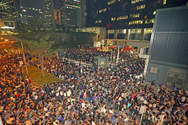 2013年10月25日,矛頭指向香港特首梁振英的電視風雲事件愈演愈烈,香港電視員工連續第六晚在政府總部外的公民廣場舉行最後一晚的包圍集會,大會公佈有超過10萬人參加,現場市民怒吼「梁振英下台」。(潘在殊/大紀元)