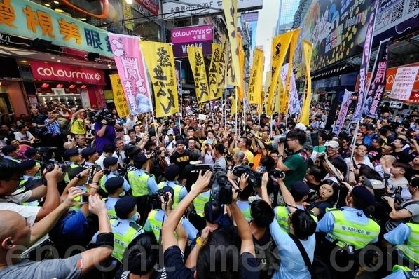 去年8月4日数千名香港市民走到西洋菜街,声援林老师,怒吼要特首梁振英下台。(宋祥龙/大纪元)