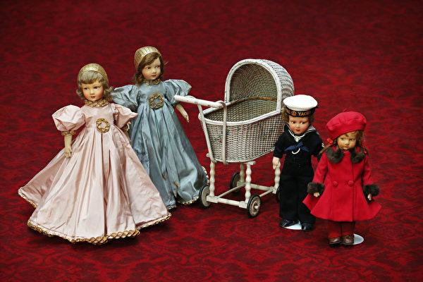 英國女王伊麗莎白二世小時候玩過的娃娃和嬰兒車。(Peter Macdiarmid/Getty Images)