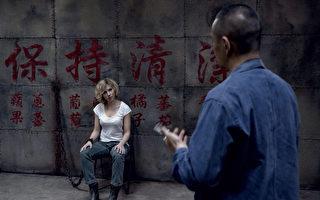 呂克•貝松新作《超體》(又譯:露西)劇照,圖左為女主角斯嘉麗•約翰遜。(美商環球影片公司提供)