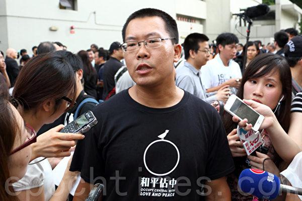 滕彪今年参加香港法律界6月27日发起的黑衣静默游行,抗议中共国务院新闻办发表的白皮书。(蔡雯文/大纪元)