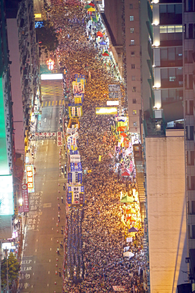 2014年7月1日,超过51万的香港人顶着闷热和骤雨上街游行,表达争取普选及捍卫香港核心价值的决心,要求中共撤回白皮书和特首梁振英下台。(潘在殊/大纪元)