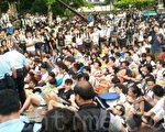 現場所見,學生們手輓手連成一片,防止警方帶走一名成員。(潘在殊/大紀元)