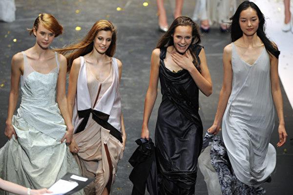 2008年,19歲的孫菲菲(右一)獲得Elite國際模特大賽並列季軍。(MARK RALSTON/AFP/Getty Images)