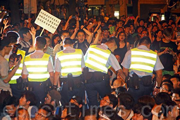 香港逾51萬人的七一大遊行結束後,學聯發動大約1200人在中環遮打道和平「佔中」。警方7月2日凌晨出動大批警力武力清場,在5個多小時內一共拘捕511人。學聯批評警方濫用暴力。(潘在殊/大紀元)