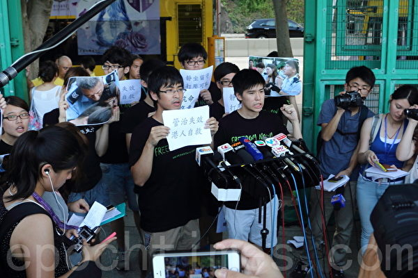 香港逾51萬人的七一大遊行結束後,學聯發動大約1200人在中環遮打道和平「佔中」。警方7月2日凌晨出動大批警力武力清場,在5個多小時內一共拘捕511人。學聯批評警方濫用暴力。(蔡雯文/大紀元)