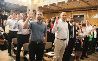 7月2日,来自46个国家的150名移民在位于曼哈顿的纽约市公立图书馆宣誓入籍,正式成为美国公民,其中有11名华人。(王依澜/大纪元)