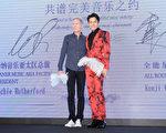 歌手吳克羣(右)昨(2)日在北京簽約加盟華納,亞太區總裁Lachie Rutherford親自到場。(華納提供)